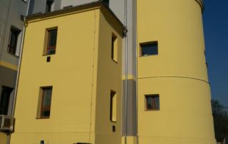 Budova focená z ulice